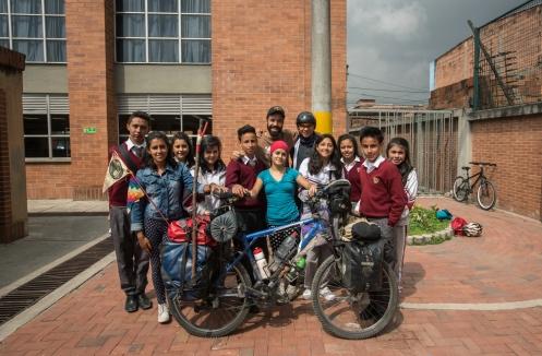 En Bosa, Bogotá, realizan un proyecto maravilloso con los colegios. Un grupo de jóvenes acompañan a los niños de la casa a la escuela y viceversa en bicicleta. Tuve la oportunidad de compartir con ellos la experiencia de viajar y contestar todas sus dudas.