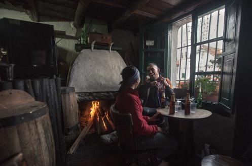 Diego y Natalia me acompañan en bicicleta a mi entrada a la capital Colombiana. Terminamos la jornada con unas deliciosas cervezas frias al calor del fuego en un bar del barrio de la Candelaria.