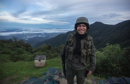 Me decian todo el rato que tuviera cuidado en Colombia, y que evitara a personas como esta... el mundo esta loco, nos encanta generalizar y poner etiquetas, pero cada uno tiene una historia, una vida independiente a las catástrofes que nos rodean, ya sean fisicas o ideologicas. Poet sueña con viajar, recorrer el mundo y sonreirle a la vida, pero le toco hacer el servicio militar y de momento ha de estar uniformado. Tiene la sonrisa más bonita y sincera que habia visto en mucho tiempo.