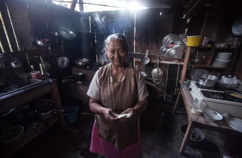 Toribia prepara las mejores arepas de la historia Colombiana. Llego hace 45 años con su marido a este pueblo de San Juan construyendo la carretera que ahora pasa por delante de su casa, y aqui decidieron quedarse. Ya tenia muchos hijos para seguir moviendose.