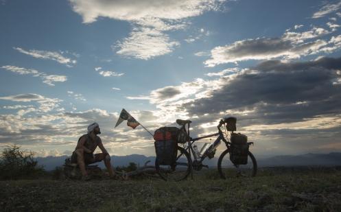 Despues de un largo dia de pedaleo bajo un sol abrasador, llego al desierto de la Tatacoa y encuentro un lugar perfecto para descansar. Uno de esos momentos en los que la soledad te sonrie y a la vez deseas compartir con un montón  de gente más...