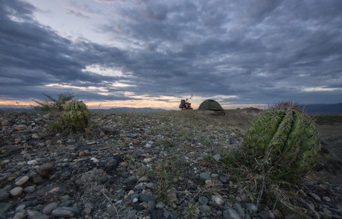 Despues de un largo dia de pedaleo bajo un sol abrasador, llego al desierto de la Tatacoa y encuentro un lugar perfecto para descansar.