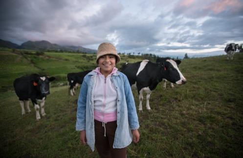 Se levanta todas las mañanas al amanecer para ordeñas las vacas, su preferida se llama Sum.