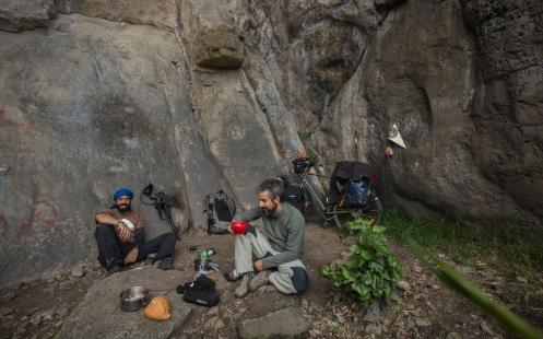 Bajo las paredes de roca en Suesca hacemos un alto para disfrutar de un tinto (café) recién hecho.