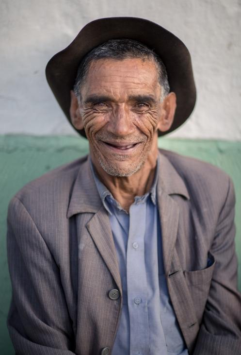 Eduardo Cardenas pasa todas las tardes con sus amigos sentados en los bancos de las calles del Cocuy.