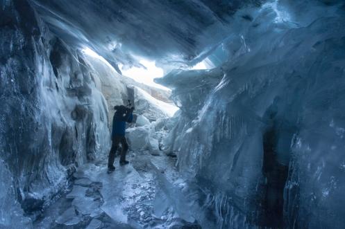Alvaro grabando en el corazón del glaciar.