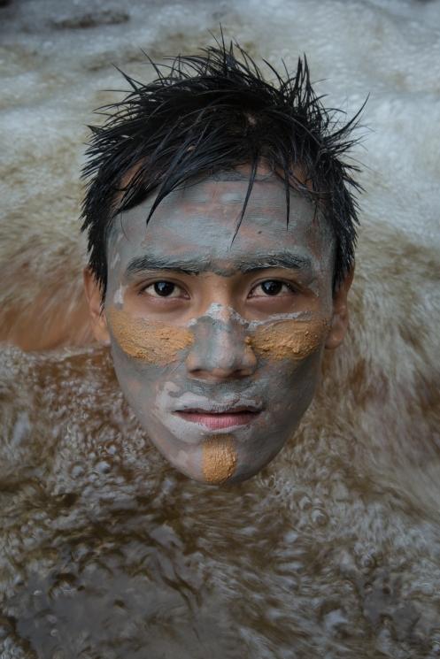 En Nauta, pueblo ubicado en la union de los ríos Marañon y Ucayali, lugar donde nace el Amazonas, nos damos un baño con barro. Perú.