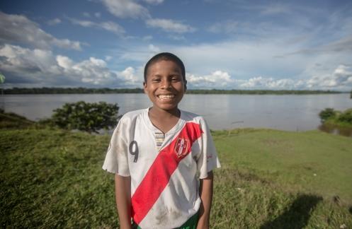 Luis viaja conmigo en el barco carguero que nos lleva a Pantoja a través del río Napo. En cada parada salimos a pasear y conocer las comunidades de las orillas del río. El se bajará antes, en una casa en medio de la selva, donde su familia lo espera.
