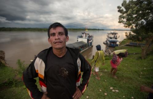No tengo su nombre. Un habitante de una comunidad a orillas del rio Napo en donde se descargaron cientos de sacos de cemento y a los que ayudaban niños, mujeres y hombres de todas las edades.