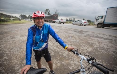 Gerardo Flores me encuentra pedaleando en la carretera y me acompaña unos cuantos kilómetros para conversar.
