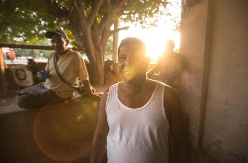 William vende sandias en un cruce de carretera. Su sonrisa es contagiosa. Bebiendo café al amanecer.
