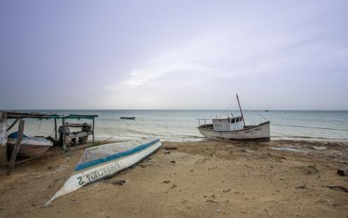 Playa de Auyama donde los barcos estropeados o abandonados se dejan morir sobre la arena.