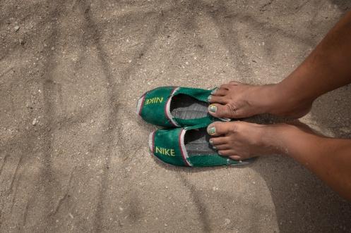 Una de las artesanias de los wayuus son la fabricación de sandalias que adaptan al mundo occidental a su modo.