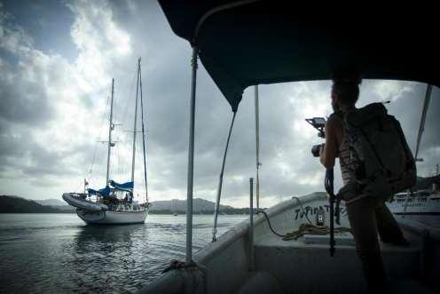Álvaro y David se han montado en un bote para salir a mi encuentro, no tienen claro si llegaré hoy, pero ven aparecer un velero en el horizonte. Photo: David Oliete.