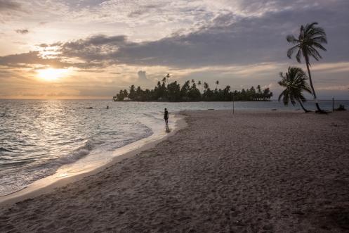 David pasea por la playa de isla de Perro al final del día. San Blas, Panamá.