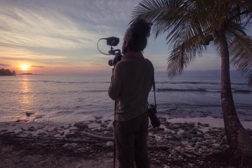 Siempre nos despertamos al amanecer, persiguiendo esa mágica luz que nos hace sentir vivos, y Alvaro siempre lleva colgando sus dos cámaras alli donde va.