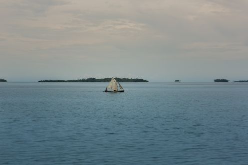 Los Guna Yala navegan sobre canoas talladas de una sola pieza de arbol y con dos velas.