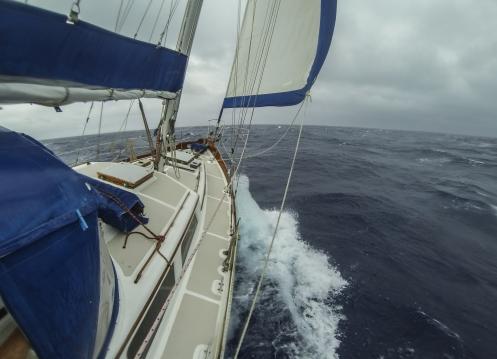 Escuchar el sonido del barco romper contra el mar es una banda sonora que no quieres dejar de escuchar nunca.