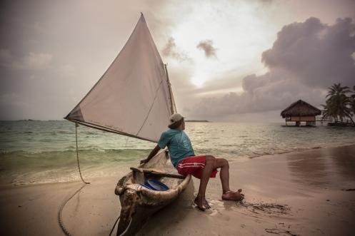 Las embarcaciones de los Guna Yala son canoas talladas en madera de una sola pieza e impulsadas por una vela.