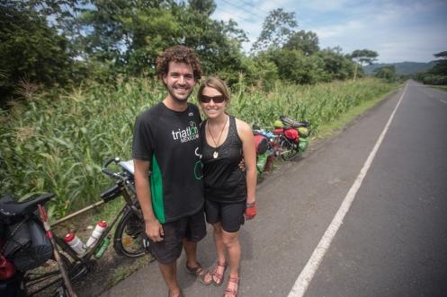 En esta parte del camino por las Américas todos los viajeros pasamos por la misma carretera. Asi conozco a Antonio y Amanda en un breve teimpo compartido en el arcen de la Panamericana.