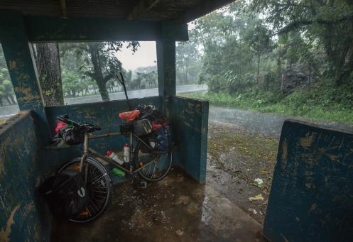 Una parada de autobús es mi refugio mientras espero a que se calme un poco la intensa lluvia.
