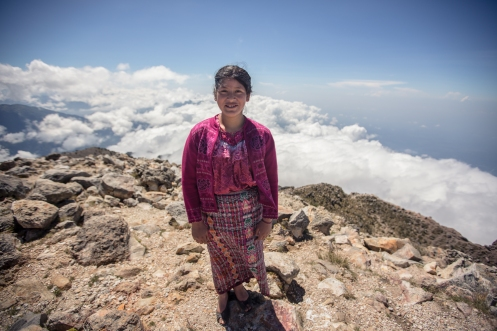 Sobre la cumbre del volcán  Tajamulco, a 4220 msnm, me encuentro con ella, no recuerdo su nombre, pero a sus 15 años disfruta subiendo a la cumbre del volcán que descansa sobre su casa.