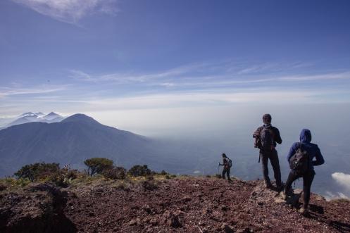 Fátima, Millán y Bea sobre la cumbre del volcán Santa María.
