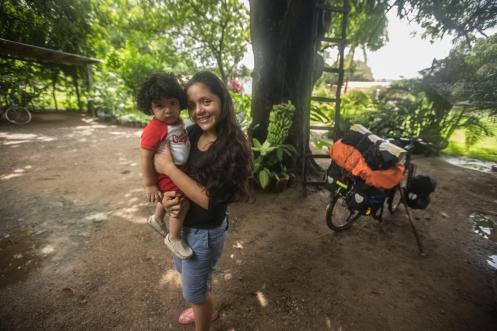 Roro ha tenido que irse a la escuela y es Lupita quien me sonrie frente a la camara con su hijo antes de despedirnos.