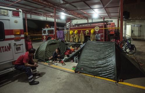 En los bomberos de Juchitan coincidimos con otros viajeros, tenemos vecinos.