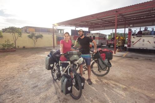 Karla y André son de Brasil y llevan 2 años dando un paseo por el mundo en sus bicis