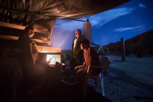 Benedicto (centro) y Cresencia (izq) junto con su hermano nos ofrecen su casa y un abundante plato de comida para pasar la noche.