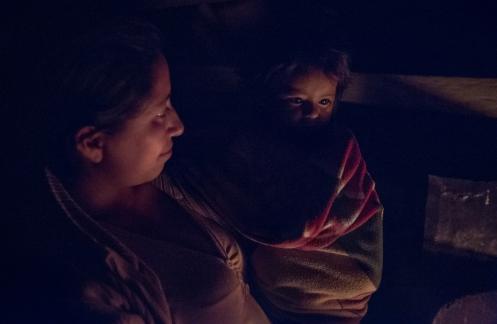 Cresencia y su hija frente al fuego mientras compartimos la noche con historias.