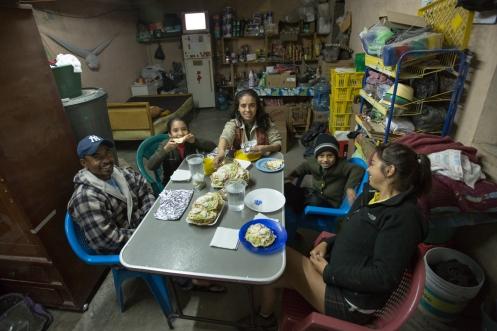 Juan y Socorro tienen una pequeña tienda al borde de la carretera. Cenamos juntos, y dormimos bajo un techo esta noche.