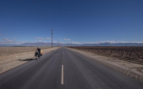Carreteras rectas entre viñedos nos dirigen a las montañas atravesando el valle San Joaquin.