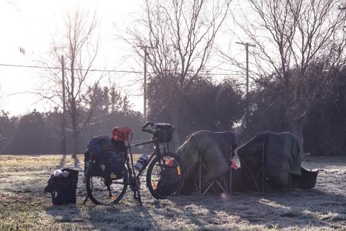 El frio va marcando poco a poco el ritmo de nuestro viaje, esperando al sol para secar todas las cosas.