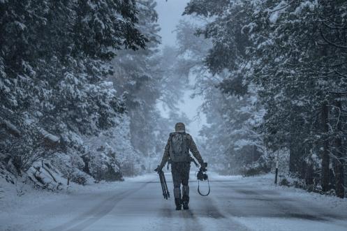 Álvaro avanza por la carretera para encontrar el mejor punto de vista y apretar el Rec.