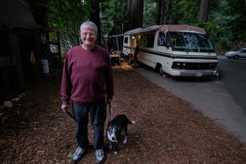 Tim vive en su autocaravana con su esposa y su perro cuidando campings. Esta noche necesitaba recibir una llamada de Cuatro Radio y  se ofreció amablemente a prestarme su teléfono a las 00:30.
