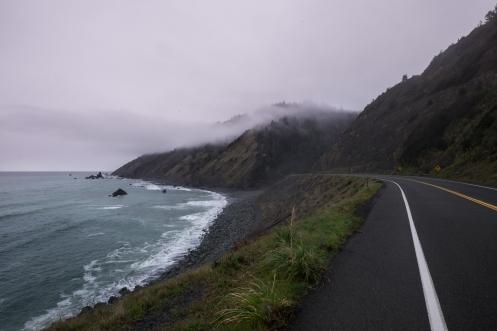 La carretera corre en su mayor parte al lado del océano Pacífico.