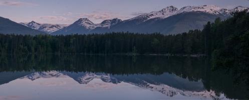 Abro los ojos antes del amanecer, salgo de la carpa y veo el lago como un plato y las montañas... las montañas son siempre preciosas.
