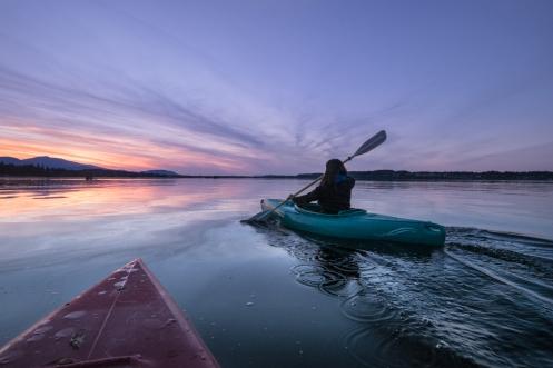 Remamos al atardecer, por aguas Pacíficas, con los kayak de Ron y Georgia.