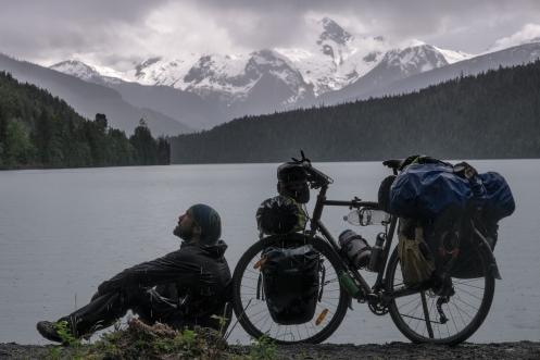 Alaska está cerca, muy cerca. Pedaleo entre osos negros y lobos salvajes por valles infinitos que parecen no acabar nunca. A veces llueve, pero cuando estas mojado no sientes la lluvia. Lava Lake. British Columbia.