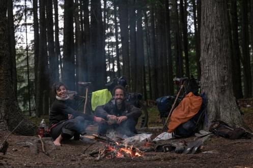 Hacemos fuego alli donde nos instalamos, y es que es la mejor forma de evitar ser comido por los mosquitos, y de ahuyentar a los animales!