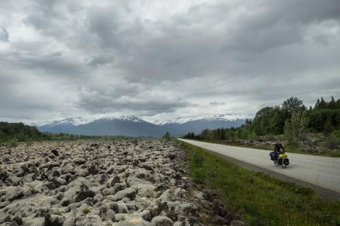 El paisaje se torna por completo, y es que atravesamos los restos de lava que en los años 70´hizo explosión en estos valles.