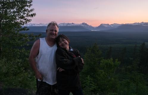 Ron y Emilie quieren enseñarnos el valle desde lo alto antes del atardecer. Por ahí abajo venimos pedaleando!