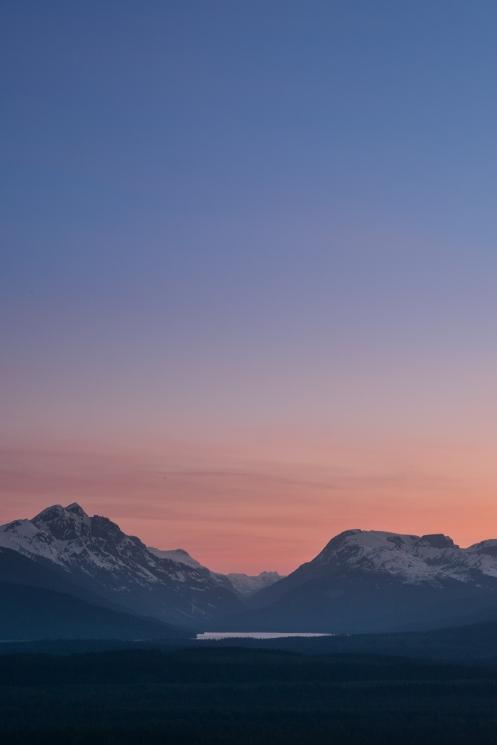 Ese valle que surca las montañas tras el lago lleva directamente a la frontera de Alaska... pero aun no es el momento de cruzarla, debemos de explorar mucho todavía por estas tierras.