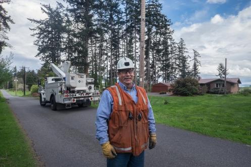 Gunnan trabaja en los tendidos electricos desde hace muchisimos años y me invita a acompañarlo para enseñarme como hace sonreir a la gente devolviéndoles la luz (palabras textuales de él)
