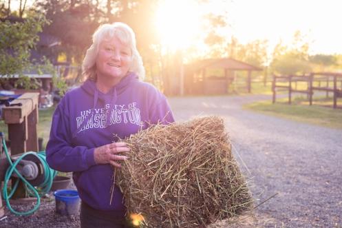 Julie ama los caballos, y dedica el 100% de su tiempo a cuidarlos.