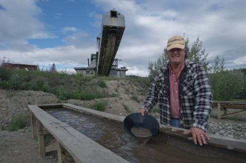 Sorprendentemente para mi aun hay muchas personas que viven de buscar oro en los ríos. En esta foto tan solo juegan a encontrarlo a modo de atracción turística.