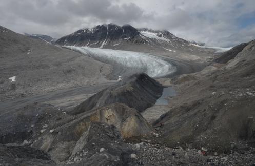 Explorar lugares poco transitados tiene un encanto particular, pero en muchas ocasiones no existe un camino a seguir y llegar hasta la lengua del glaciar es un auténtico laberinto.