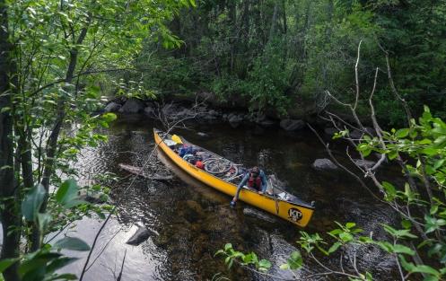 Nuestra canoa es grande, y va cargada hasta los topes